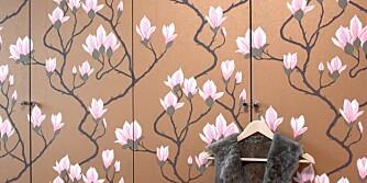 GJØR DET SELV. Dørene til garderobeskapet er kledd med  blomstertapet, som nesten kamuflerer dørene og skaper en spennende effekt i rommet. Lett hvis du kan oppskriften.