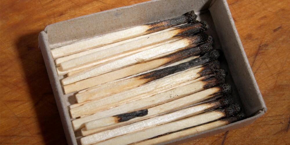 IKKE KAST RETT I SØPLA: Det ligger mange potensielle brannfarer på lur i hjemmet ditt.