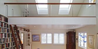 GEDIGEN GALLERISTUE: Da loftet ble åpnet opp og bygget inn i stuen ble den mye høyere under taket, lysere og mer praktisk. Dette bildet er tatt før hemsen på 20 kvadratmeter ble møblert. Takhøyden i rommet er 5 meter.
