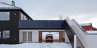 BIL FRA FORTIDEN, HUS FOR FREMTIDEN: Aktivhuset i Stjørdal er utstyrt med solfangere på fasaden.