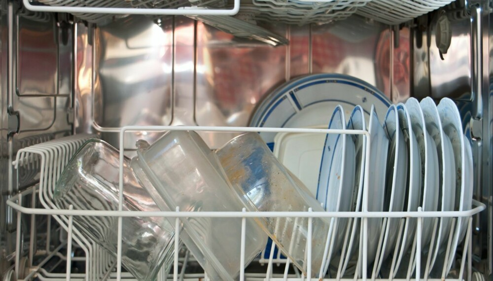 VOND LUKT: Matrester og dårlig rengjøring er hovedårsakene til vondt lukt i oppvaskmaskinen.