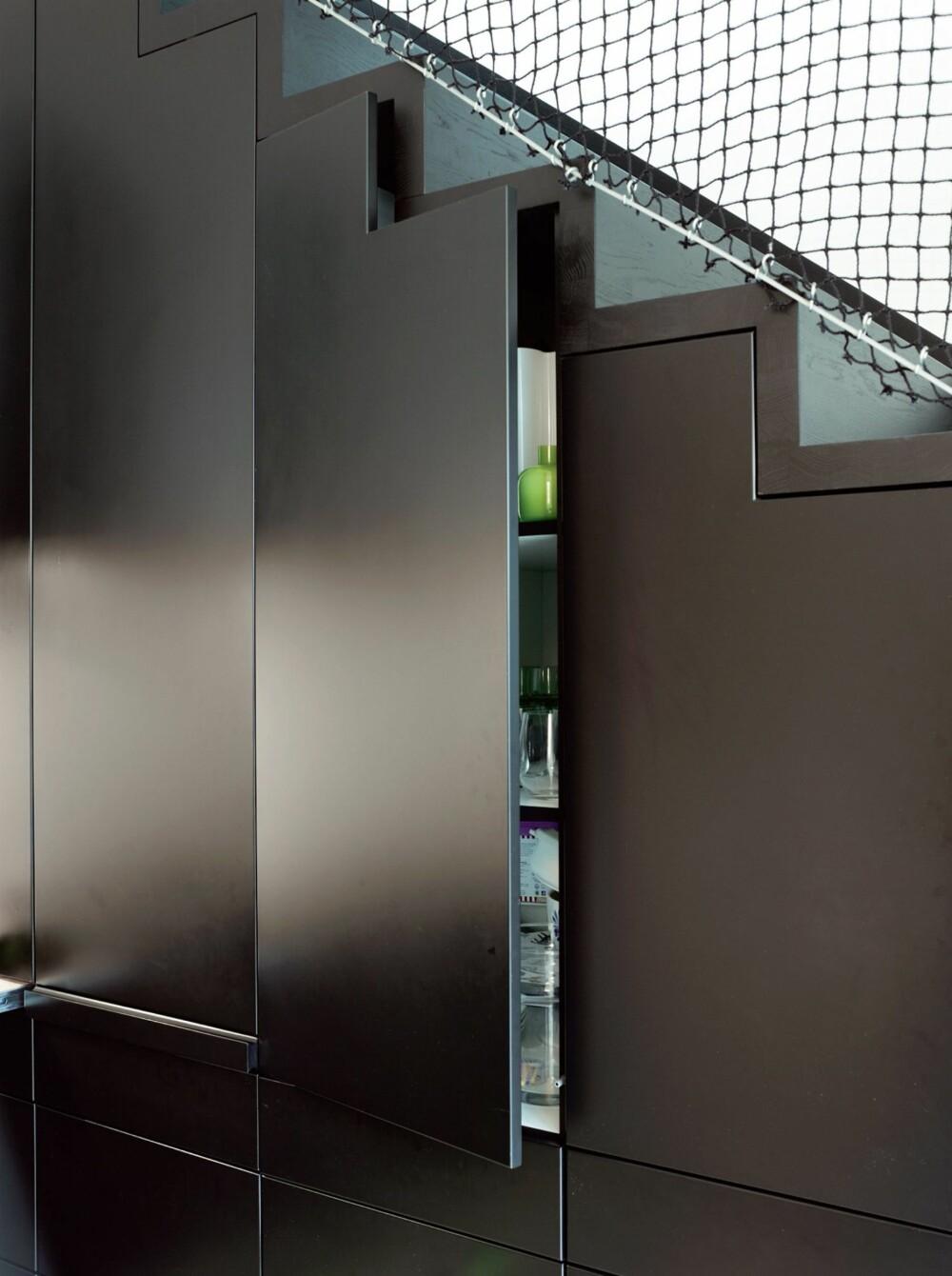 TILPASSET. Kjøkkenskapene er perfekt tilpasset trappetrinnene.