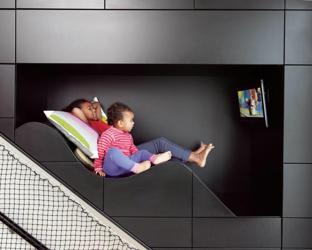 SITTEKOMFORT. Amie Olea og Frida Joko har fått verdens beste TV-plass integrert i husets trappevegg.