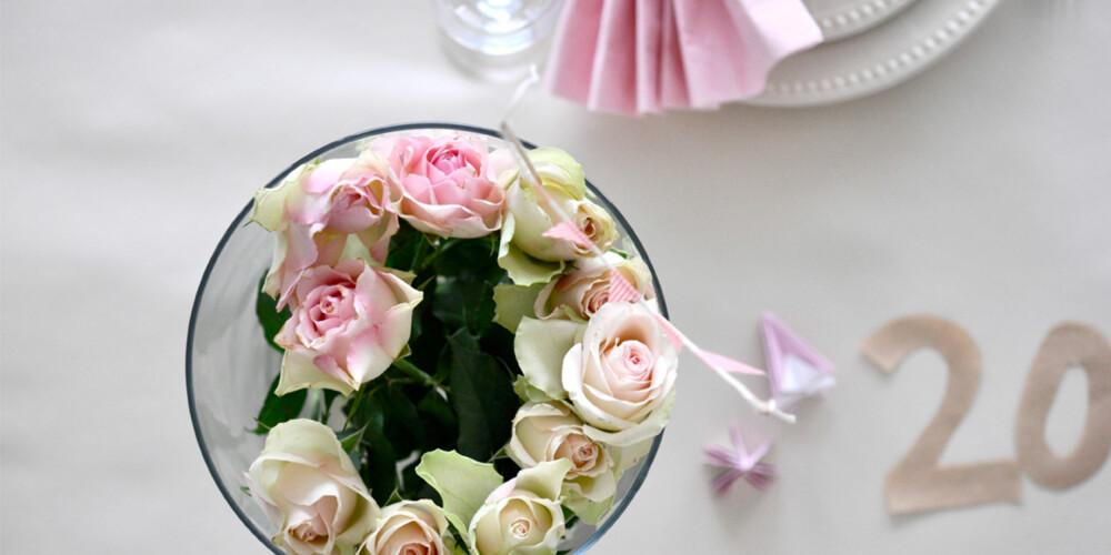 BLOMSTER: Friske blomster hører festbordet til mener bloggerne.