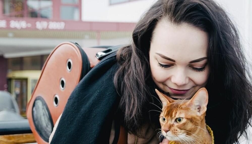 LISAS VENN: Hun mangler nære venner i den nye byen. Men hun har en pus som alltid er der.