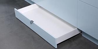 UTNYTT PLASSEN: Sokkelskuff er en smart måte å oppbevare for eksempel fat, stekebrett og poser.
