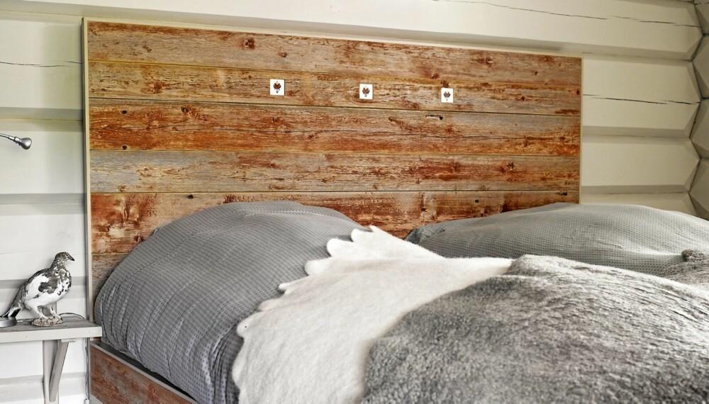 RØFT OG VÆRBITT: Denne sengen er laget av en værbitt og rødmalt låvekledning. Rødfargen har prellet av den gamle låven med tiden, og vær og vind har gitt treverket en røff patina