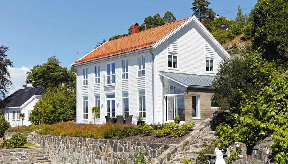 HUS MED STORE VINDUER: I stuen er det 280 cm under taket; lyst og luftig.