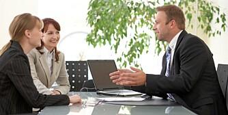 Bankkunder snakker med rådgiver.
