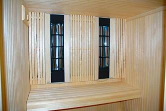 NFRARØD BADSTUE: Her ses de infrarøde panelene som sender varmestrålene ut i badstuen. Panelene og det lyse løvtreet gir en nesten sakral stemning i denne badstuen fra Tylö, som i tillegg kan utstyres med elektrisk eller vedfyrt ovn.