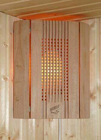 BADSTULAMPE: Lamper til badstuen finnes i alle mulige fasonger, men av hensyn til temperaturen, er skjermen gjerne utført i tre, som denne varianten fra Harvia. Ellers finnes stjernehimmel og badstuovner med innlagt lys som blafrer i takt med dampen som slippes ut (Harvia Fuga).