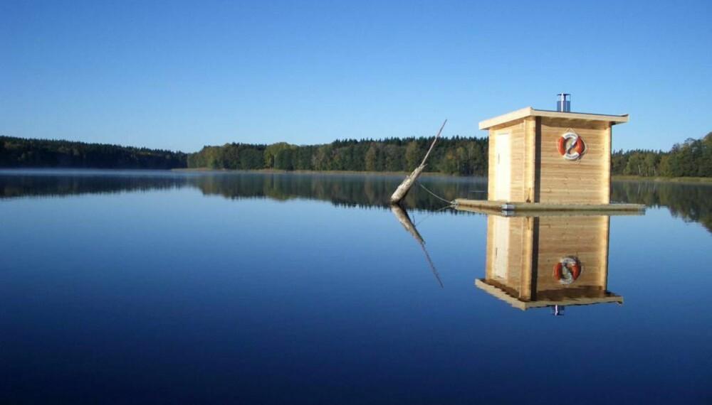 FLYTENDE BADSTUE : Har du et stille vann eller en beskyttet fjord tilgjengelig, og en ikke altfor streng kommune, kan kanskje en flytende badstue være noe å tenke på, selv om naturen selv går av med seieren når det gjelder skjønnheten. Fra svenske Nordic Marine Sauna AB kommer denne flytende og vedfyrte badstuen. Og prisen? Omtrent som en liten skjærgårdsjeep - 75000 kroner med livbøye.