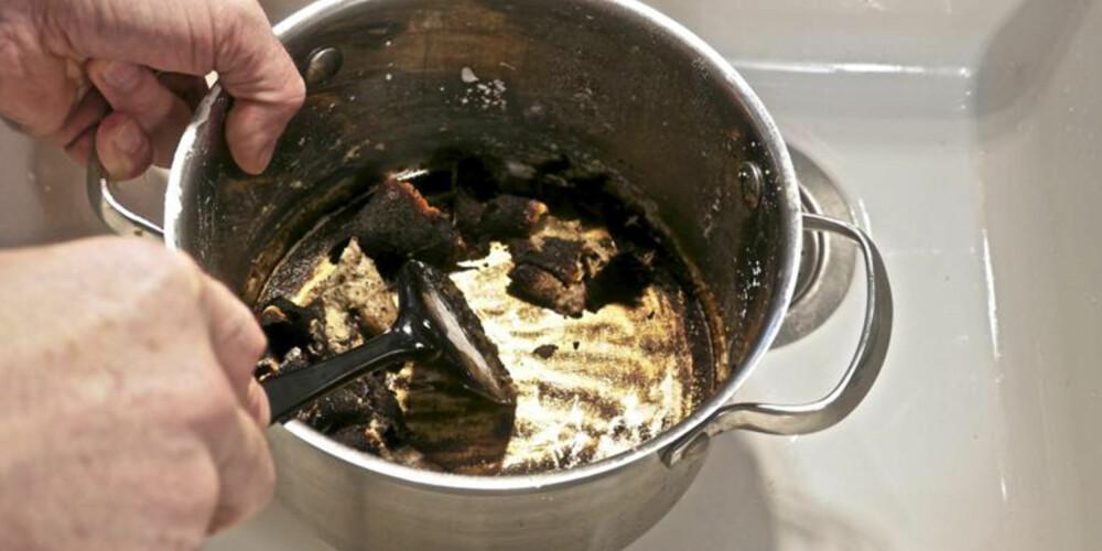 SKRAP VEKK: Når bakepulverblandingen har fått tid til å virke, er det bare å skrape ut de fastbrente matrestene.