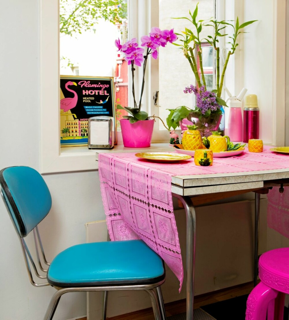 AMERICAN DINER: Med retrostoler og tilbehør i rosa og gult får kjøkkenet den rette dinerstemningen.
