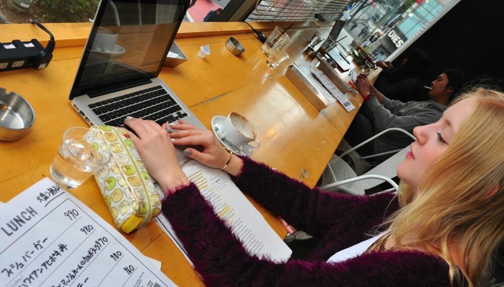 STUDERE I UTLANDET: En café med trådløst nett og massevis av stikkontakter kommer godt med når skolearbeidet skal gjøres.