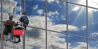 VINDUSVASK: Såpevann og nal er stort sett det du trenger for å fjerne vintermøkka fra vinduene.