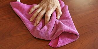 FUKTIG KLUT: Kluten bør godt vridd opp før du tørker av bordplaten.