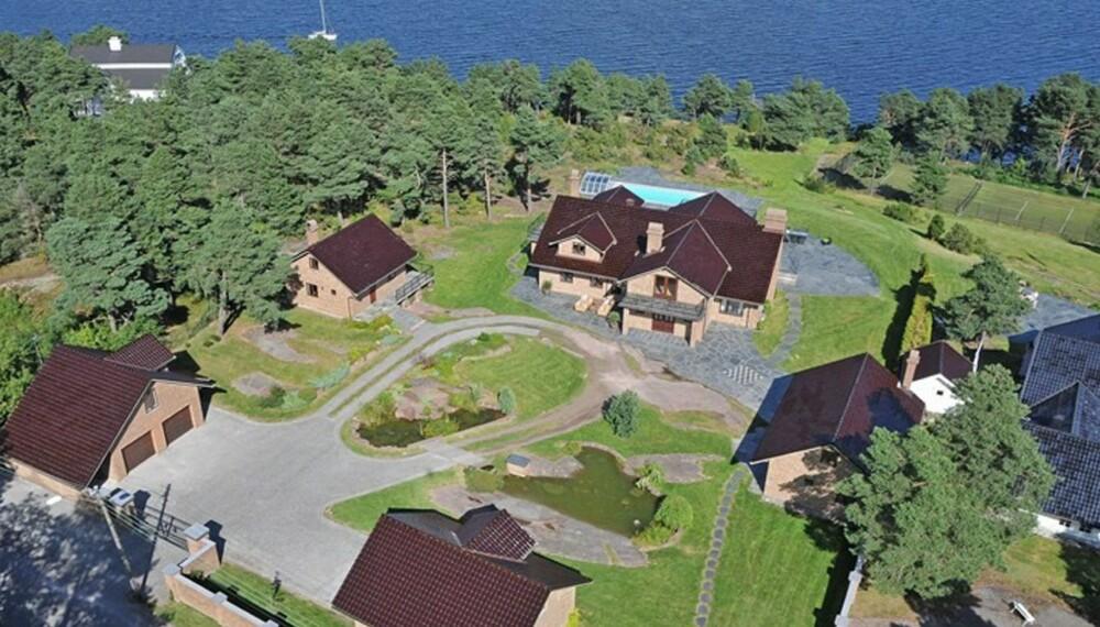 BOLIGDRØM: I Bloksbergveien på Husøy/Tønsberg ligger denne villaen med svømmebasseng, tennisbane, egen brygge og storslagen utsikt. Prisantydning 28 millioner kroner.