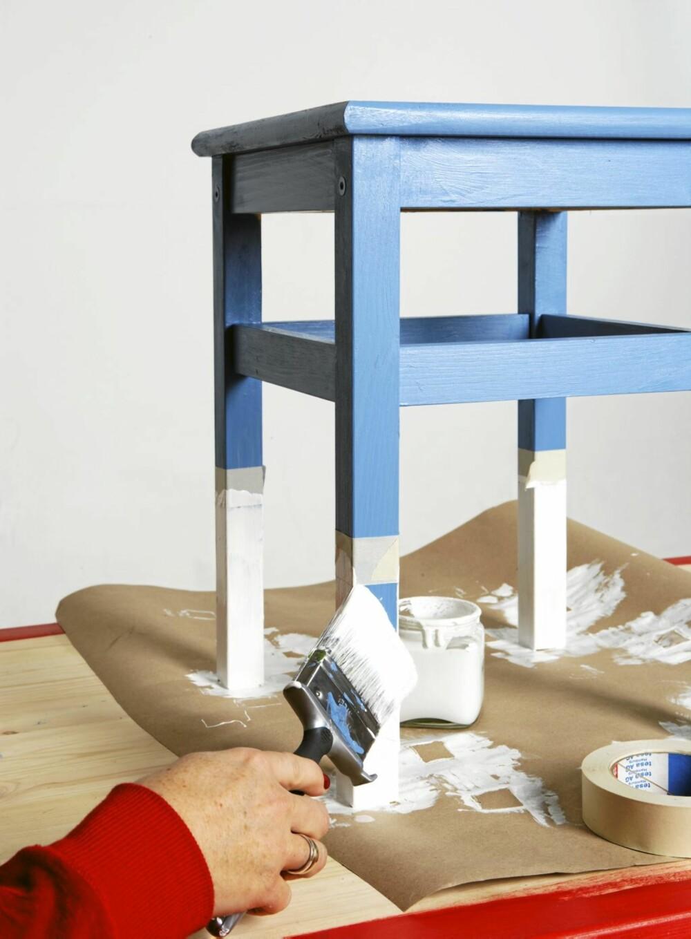 Furukrakken er malt i en sval, blå farge.