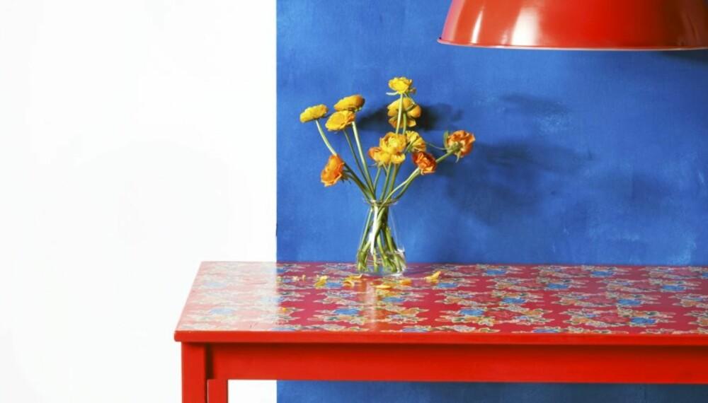 De ordinære furumøblene er pusset opp ved hjelp av maling og innpakningspapir.