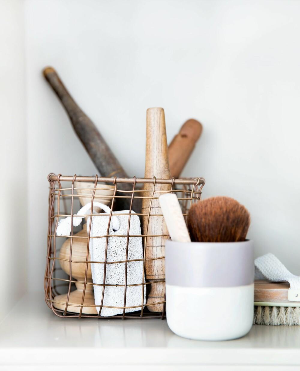 EN LITEN SAMLING: Gjør plass til en samling med vakre gjenstander. Det gir personlighet til badet. House Doctor har metallkurver i kobber. FOTO: Tia Borgsmidt