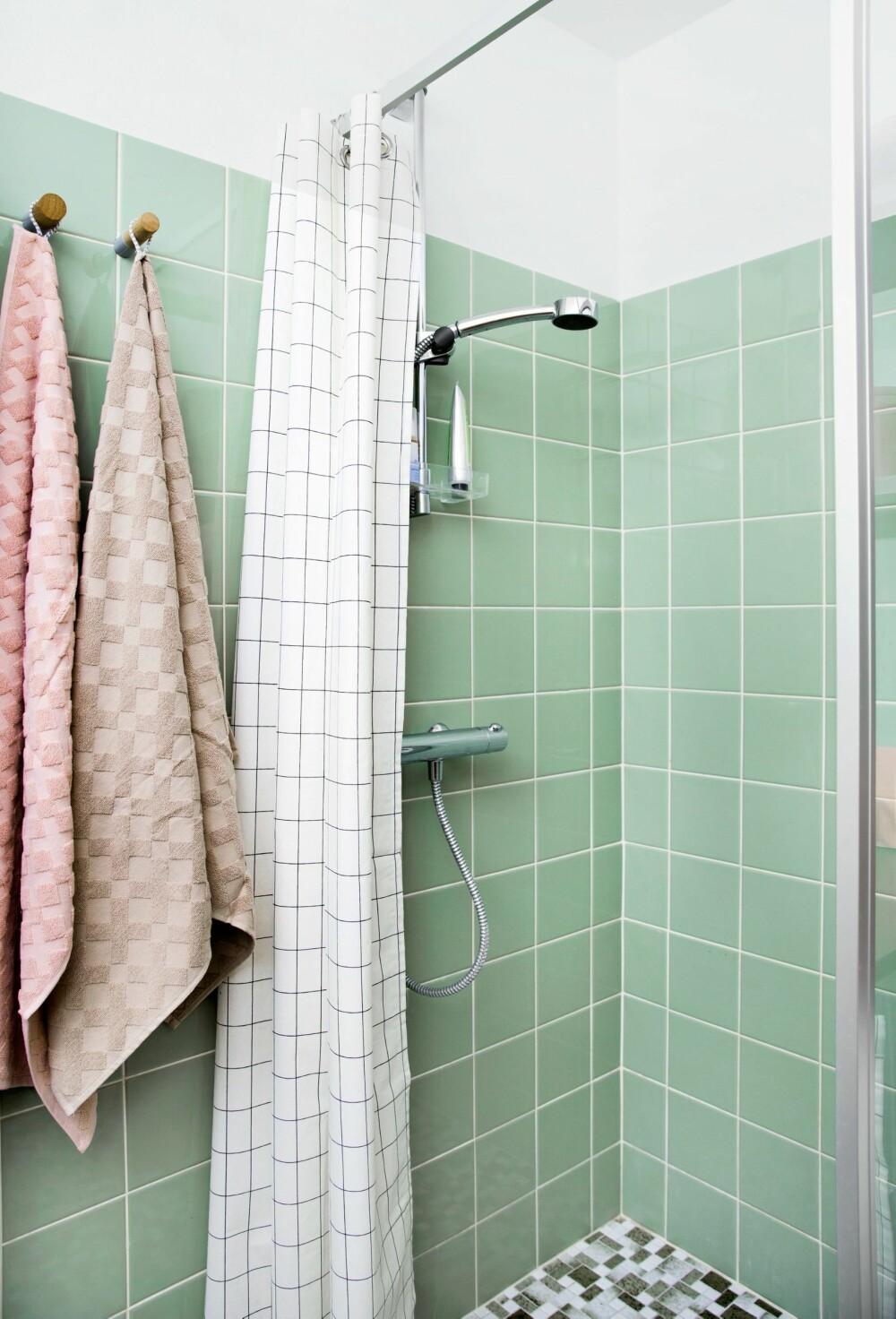 NYTT FORHENG: Dusjhjørnet har fått et klassisk forheng fra Ferm Living. FOTO: Tia Borgsmidt