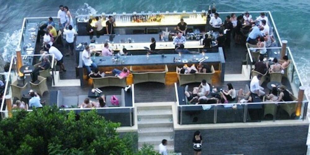 ROCK BAR: Er du på Bali, kan du nyte en drink på denne baren.