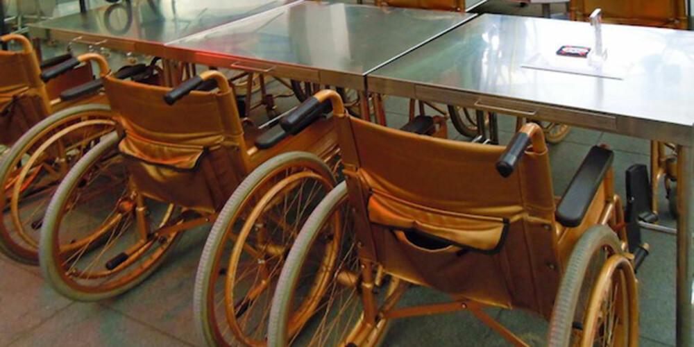 SOM PÅ SYKEHUSET: På Clinic har man droppet barkrakker. Her drikker du ølet fra rullestolen.