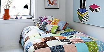 DELT I TO: Ved hjelp av en Billy-bokhylle og kreative ideer ble dette soverommet til ett rom for mor og ett for datter.