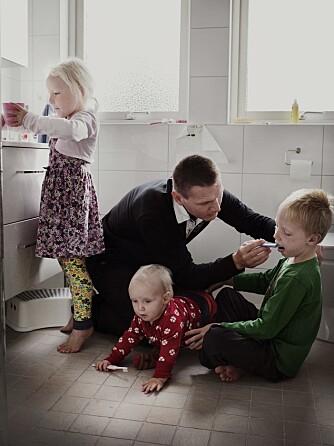 TANNPUSS: Johan Ekengård prøver å pusse tennene til alle tre ungene samtidig.