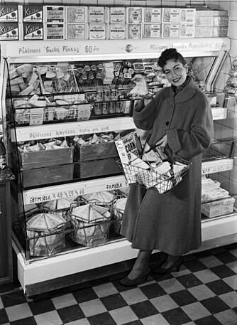 MER OPPTATT AV HJEM: 50-tallets oppfinnelser og teknologiske hjelpemidler frigjorde mye tid, men lite tyder på at hjemmeværende mødre brukte den på barna. Hus og hjem ble enda viktigere. Her er en kvinne med en klassisk kartong fra Tetra Pak.