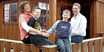 Synnøve Roald sammen med sønnene Ole (9), Magnus (13) og mannen Trond Christensen.  Foto for Hytteliv: Bjørn Inge Karlsen, HM Foto