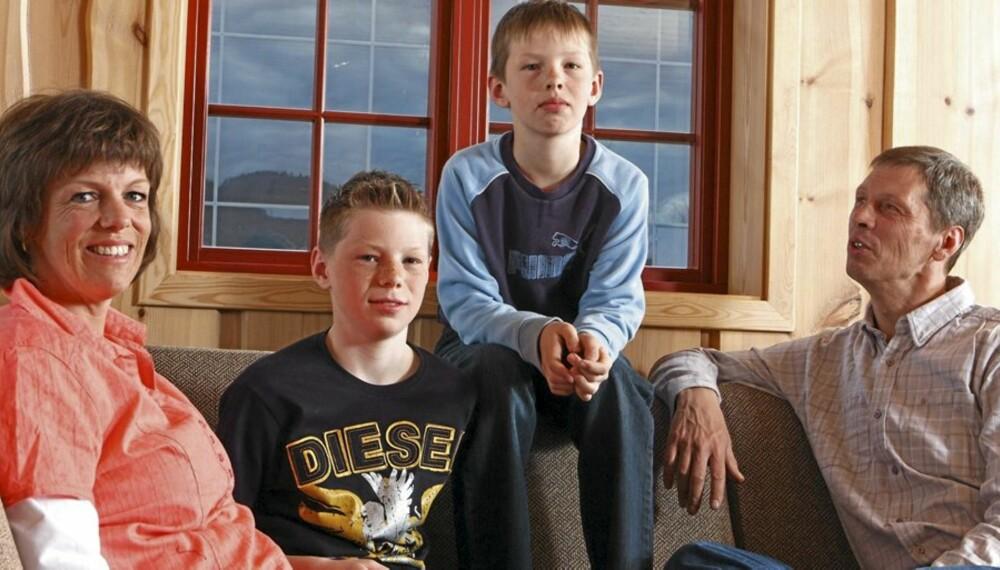 Synnøve Roald sammen med sønnene Ole (9), Magnus (13) og mannen Trond Christensen. De skal bygge seg hytte.    Foto for Hytteliv: Bjørn Inge Karlsen, HM Foto