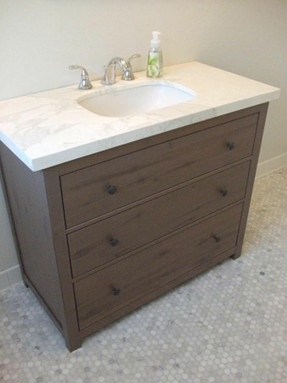NY VRI: Et gammelt møbel kan få nytt liv som baderomsinnredning. Her har en Hemnes kommode fra Ikea og en gammel vask blitt et stilig baderomsmøbel.
