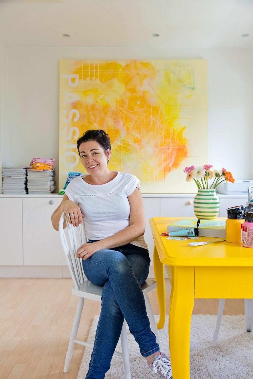 LAR BILDER OG MØBLER STYRE: Tone møblerer ofte med utgangspunkt i bildene eller møblene sine. Her er hun på arbeidsrommet sitt.