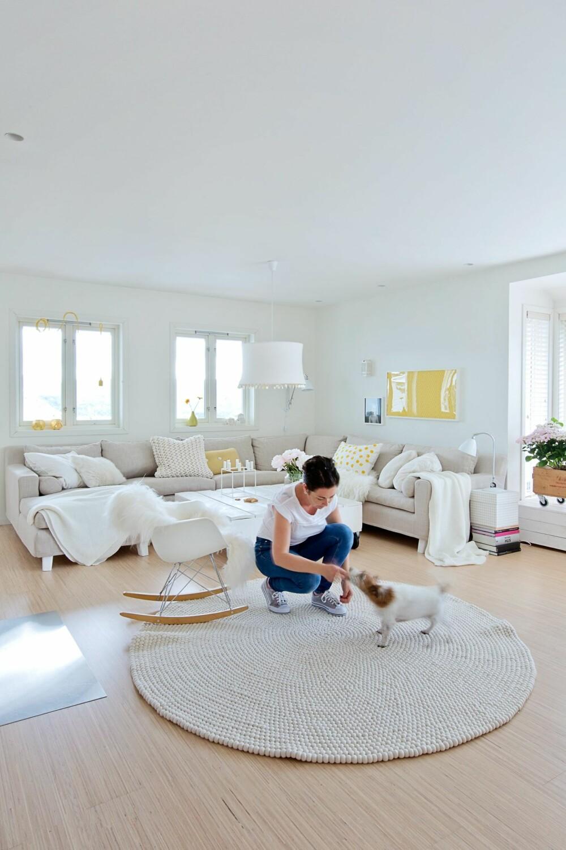 LYS BASE: Tone har valgt å ha en lys base, som hun krydrer med fargeklatter. Hunden Thea digger det nye teppet til matmor Tone. Det er fra feltball.rug.company. Sofaen er fra Fogia, og lampen er fra Tine K.