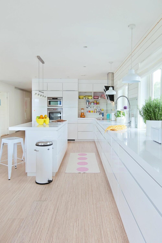 PRAKTISK: Kjøkkenet og stuen danner et stort allrom. Innredningen er fra Kvik. Kjøkkenbenken er på hele åtte meter. Lampene er fra Living.