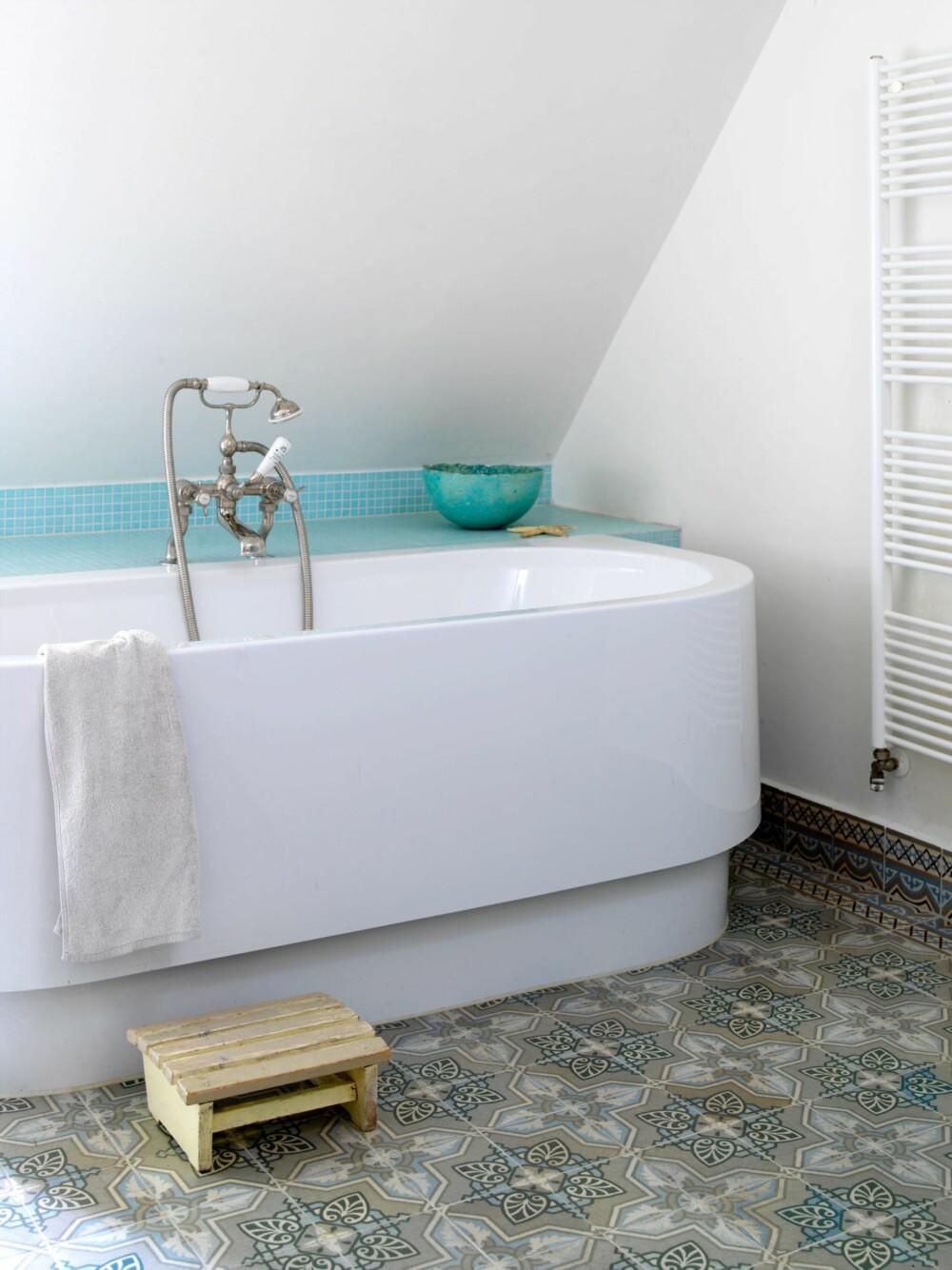 GOD STEMNING: Gulvflisene er kjøpt brukt, og det var akkurat nok av dem til å dekke hele gulvet. Kranene er britiske og eksklusive, også de kjøpt brukt på nettet. Badekaret fra Hoesch er nytt.