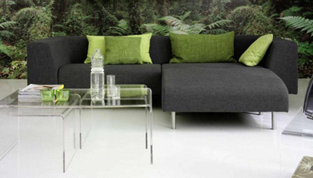 TRANSPARENTE MATERIALER: Velger du et sofabord eller noen spisestoler i et transparent materiale, så gir det et luftig inntrykk. Bordet og sofaen er fra Bolia.
