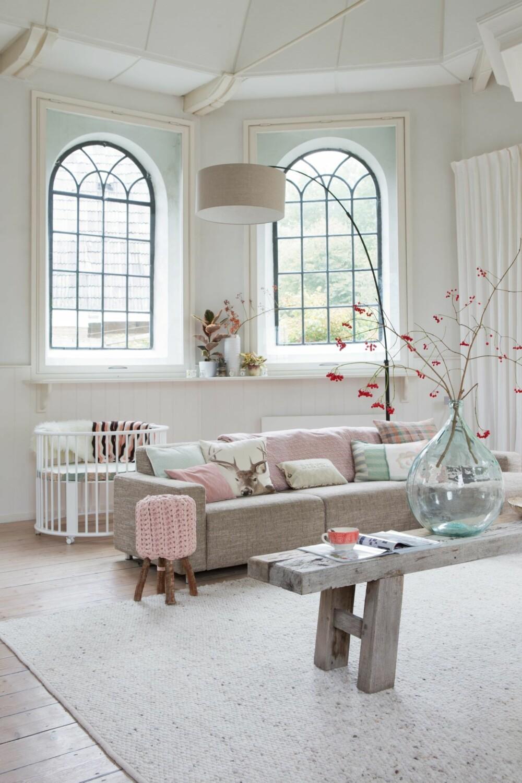 LYS BASE: Familien har valgt å innrede med mye hvitt og sarte pasteller. Bygget i er nærmest nok bare i seg selv.
