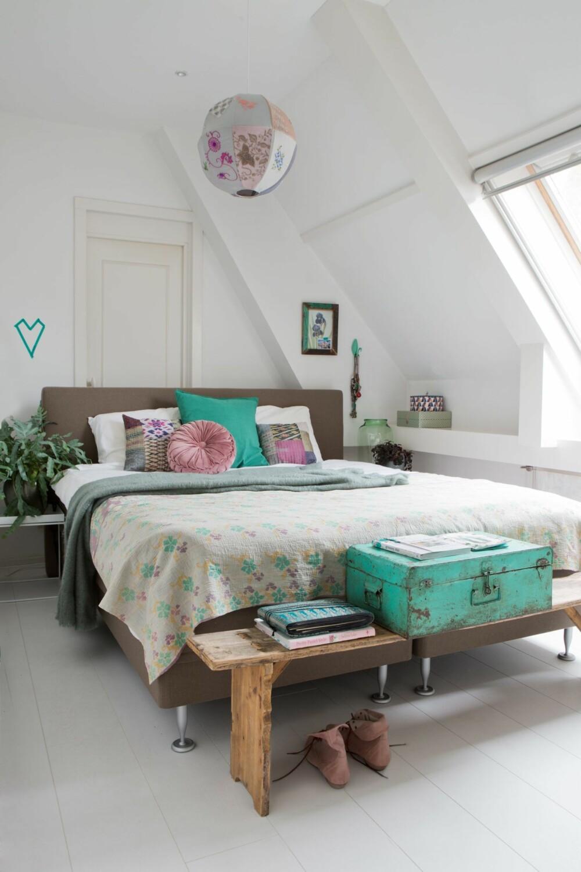 FIN FARGEMIKS: Jadegrønt og burgunderrødt går igjen på soverommet. Den håndlagde taklampen er fra designer Maartje van den Noort (maartjevandennoort.nl).  Sengeteppet er laget av gamle, indiske sarier, og putene har Maaike samlet gjennom mange år.