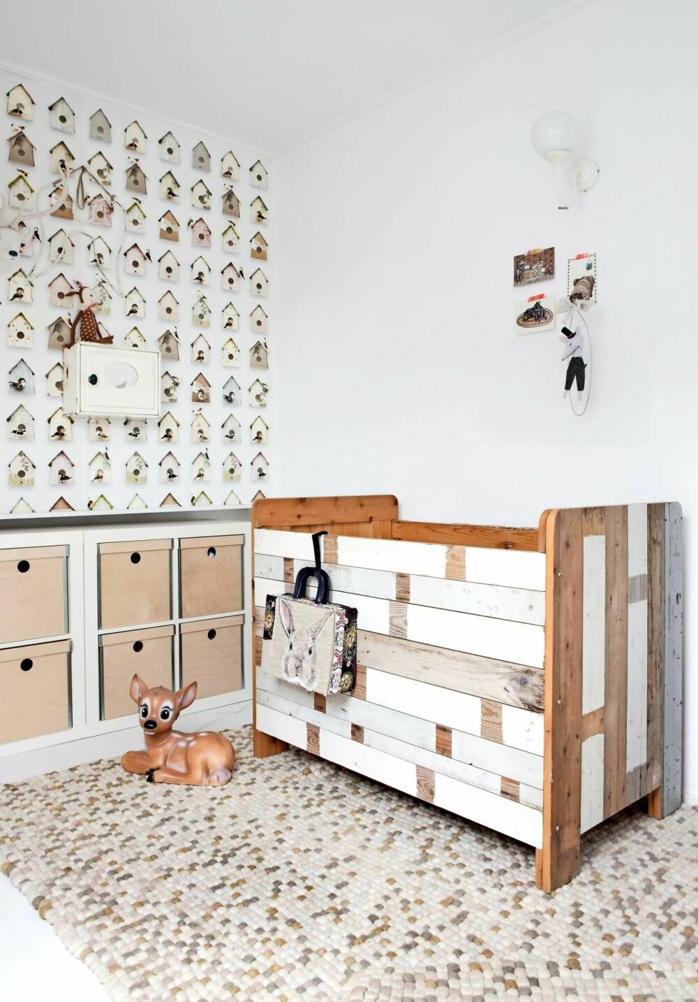 BARNEROMMET: Tapetet med fuglehus på Amelies rom er fra Studio Ditte. Sengen er fra Huis & Grietje. De selger håndlagde møbler av restetre. Bambi-lampen er fra Saartje Prum (saartjeprum.nl) og teppet fra Leen Bakker.