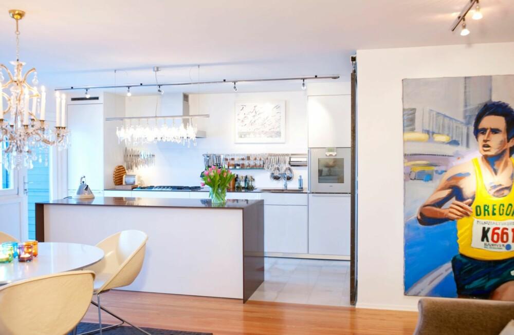 TØFT BILDE: En løper pryder veggen mellom stue og gang, og bidrar til å sette et personlig og sporty preg på dette hjemme.