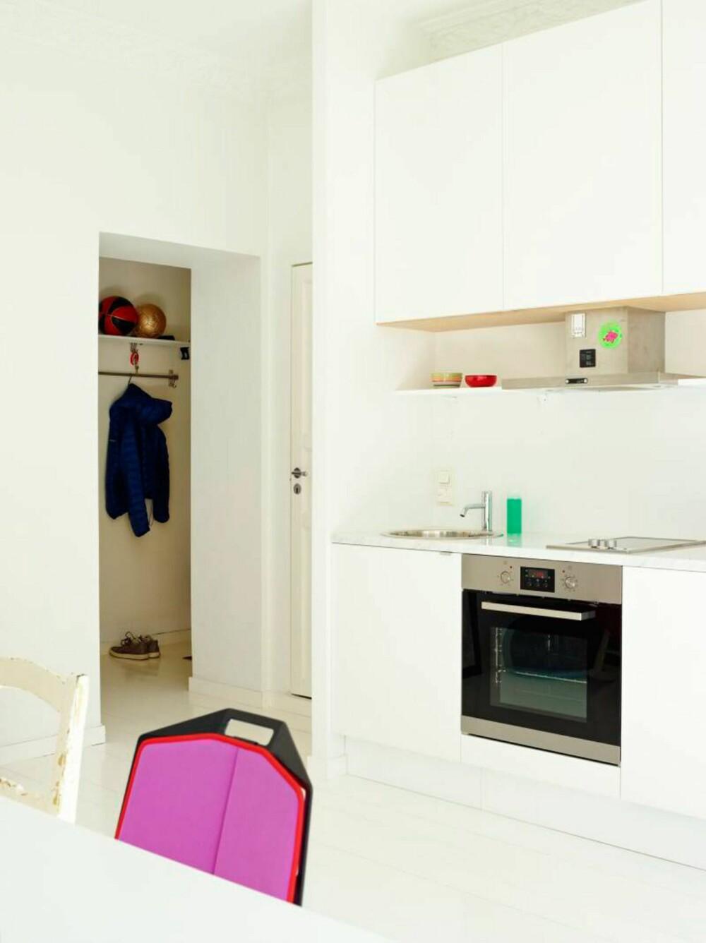 STERKE FARGER: Basketballer på hylla i gangen og sterke farger bidrar til å gjøre dette til et aktivt hjem.