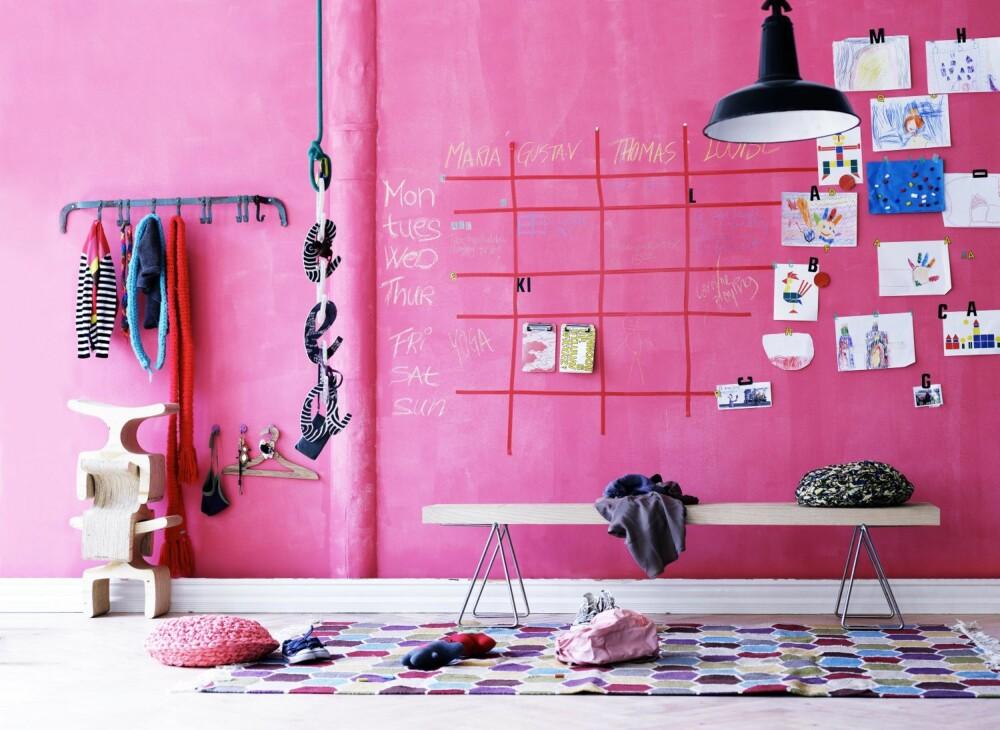 SPORTY GANG: En sterk rosafarget vegg med en kalender for en aktiv familie - nå skal det synes at vi er i farta.