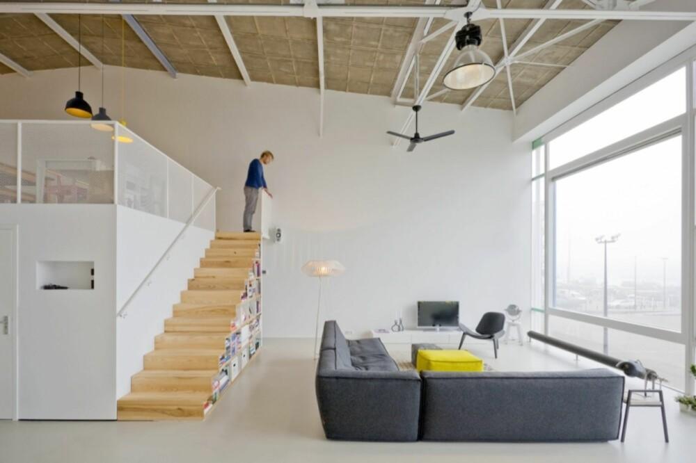 OPPE OG NEDE: Arkitektene utnyttet volumet i bygget med en annenetasje/messanin som rommer kjøkken, spisestue og hjemmekontor.