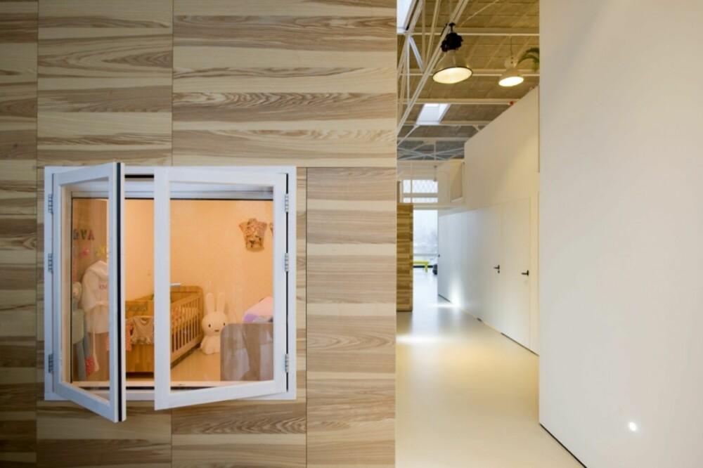 TITT TEI: Et vindu gjør at man får en snik-titt inn i et av boligens soverom.