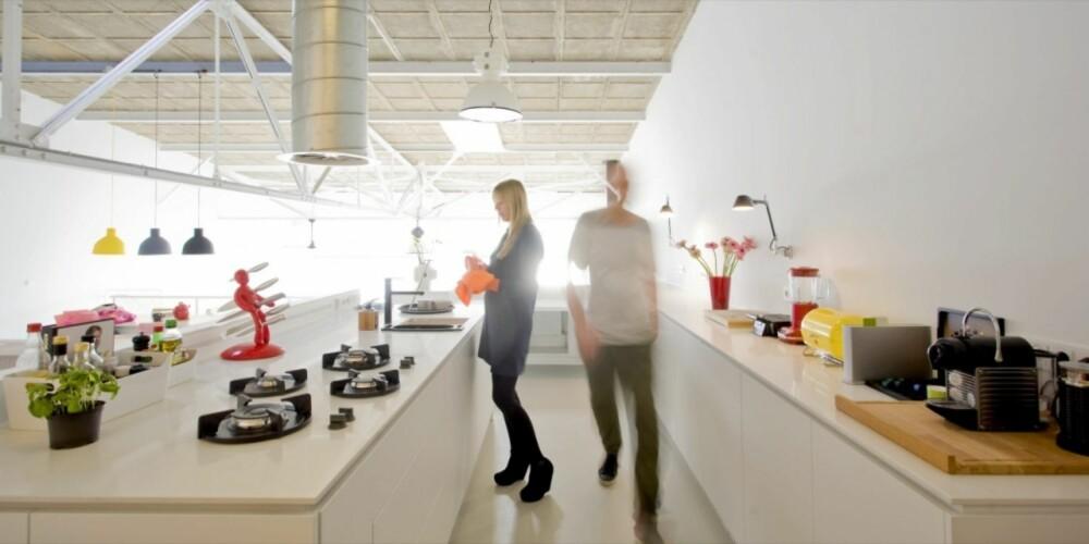 KJØKKEN: Moderne design råder i familiens kjøkken.