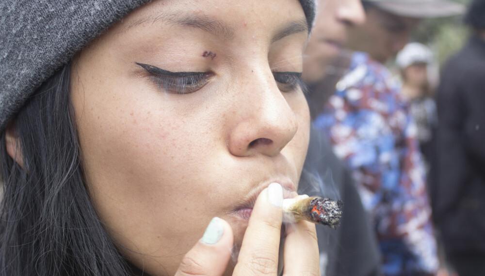 JOINT: Når oppegående, vanlige kvinner røyker marihuana, normaliseres bruken av cannabis, mener Mina Gerhardsen i Actis.