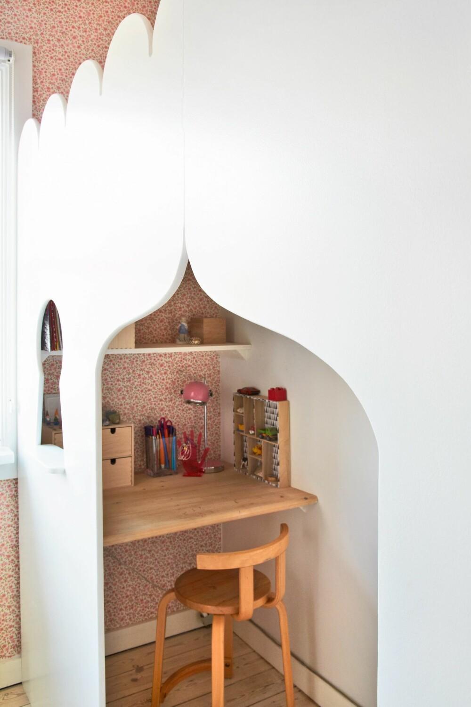 1001 NATT: Rammen rundt sengen er skåret ut i mdf og deretter malt hvit. Foran den hyggelige, lille skrivebordsplassen er det skåret til en pen, orientalsk buet inngang. Den øverste delen av sengen gir Amina følelsen av å sove i bløte, hvite skyer. FOTO: Anitta Behrendt